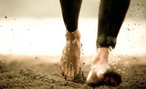 Вчені довели, що бігати босоніж корисно