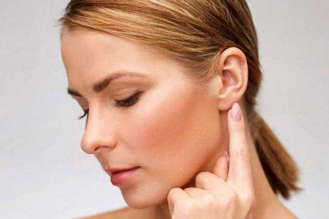 Як правильно чистити вуха?