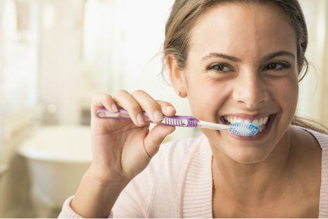 Чому зубну щітку не варто зберігати у ванній кімнаті?