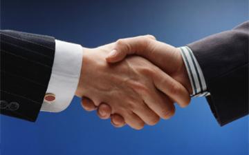 міцне рукостискання вказує на молодість людини згідно з біологічним віком