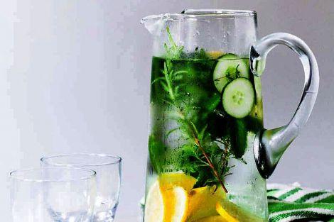 Від схуднення до боротьби зі старістю: все, що треба знати про користь огіркової води