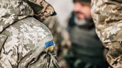 Чоловіки у військовій уніформі