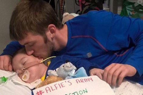 У Британії суд постановив відімкнути малюка від апарату штучного дихання