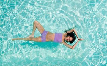 чому не варто мочитись в басейні
