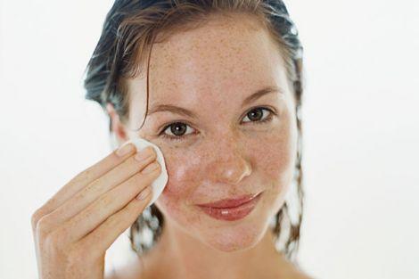 Домашні тоніки для обличчя освіжають шкіру