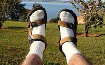 не варто поєднувати сандалі та шкарпетки