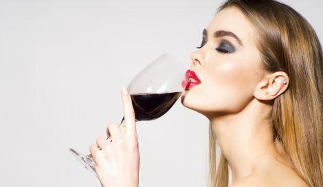 Як алкоголь впливає на шкіру обличчя?