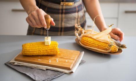 Кому не можна їсти кукурудзу?